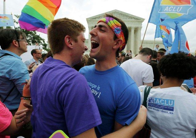 Gente celebran la legalización de matrimonios homosexuales al lado del Tribunal Supremo de EEUU en Washington, el 26 de junio, 2015