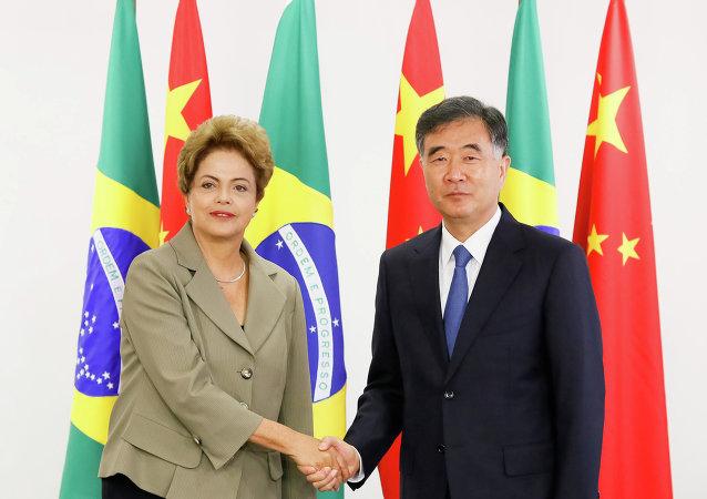 La presidenta de Brasil, Dilma Rousseff, el viceprimer ministro chino, Wang Yang