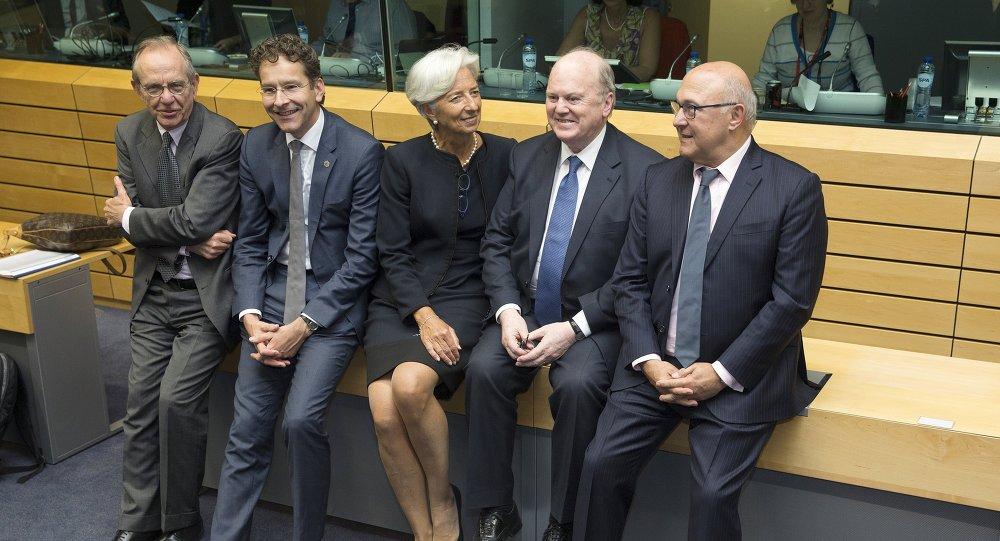 Pier Carlo Padoan, ministro de finanzas de Italia, Jeroen Dijsselbloem, presidente del Eurogrupo, Christine Lagarde, directora del FMI, Michael Noonan, ministro de finazas de Irlanda, y Michel Sapin, ministro de finanzas de Francia, en Bruselas, Bélgica, el 25 de junio, 2015
