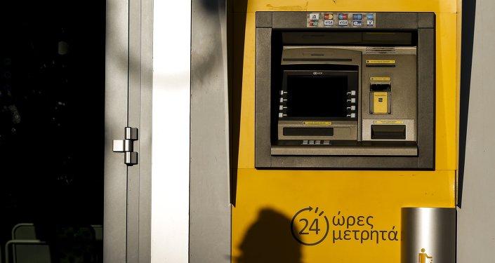 Los bancos de Grecia abrirán solo el martes, se podrá retirar 60 euros al día