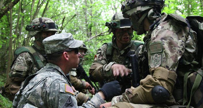 Militares estadounidenses y montenegrinos