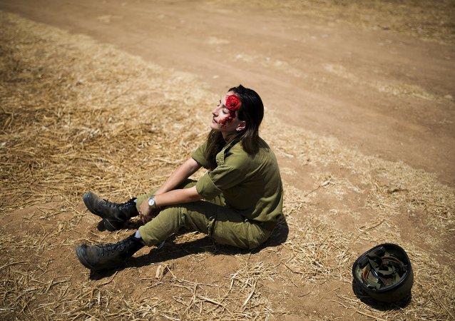 Soldado israelí desempeña el papel de la víctima imitando un ataque con bomba al tren en Israel, el 4 de junio, 2015