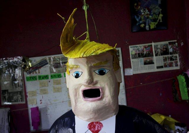 Una piñata con el rostro de Donald Trump