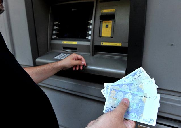 Un hombre retira el límite de 60 euros