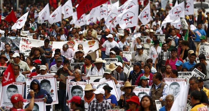Protesta del nueve meses aniversario de la desaparición de los estudiantes de Ayotzinapa en México