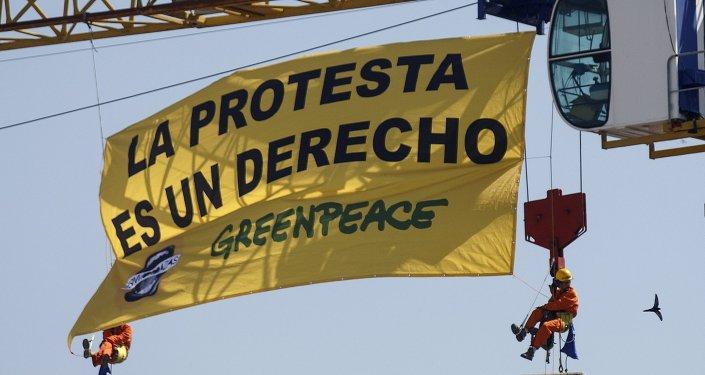 Activistas de Greenpeace cuelgan una pancarta contra la Ley Mordaza sobre el Congreso de los Diputados. Madrid, 30 de junio de 2015