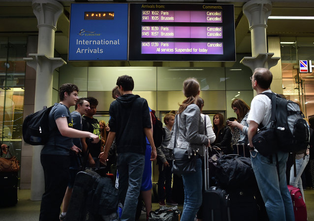 Pasajeros de Eurostar en la estación St Pancras (Londres) despues de la suspención de servicios de trenes