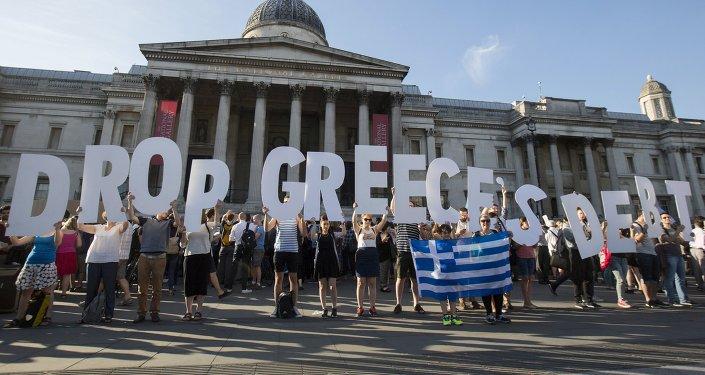 Manifestantes protestan en contra de las acciones de BCE en relación de la deuda de Grecia en Londres, Gran Bretaña, el 29 de junio, 2015