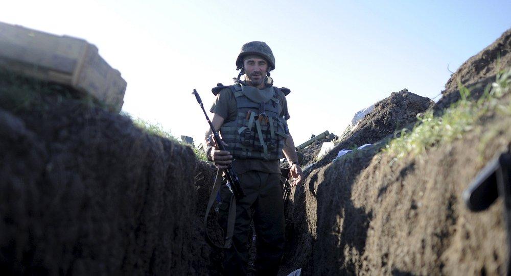 Soldado ucraniano en una trihchera en la localidad de Shirókino, 6 de junio de 2015