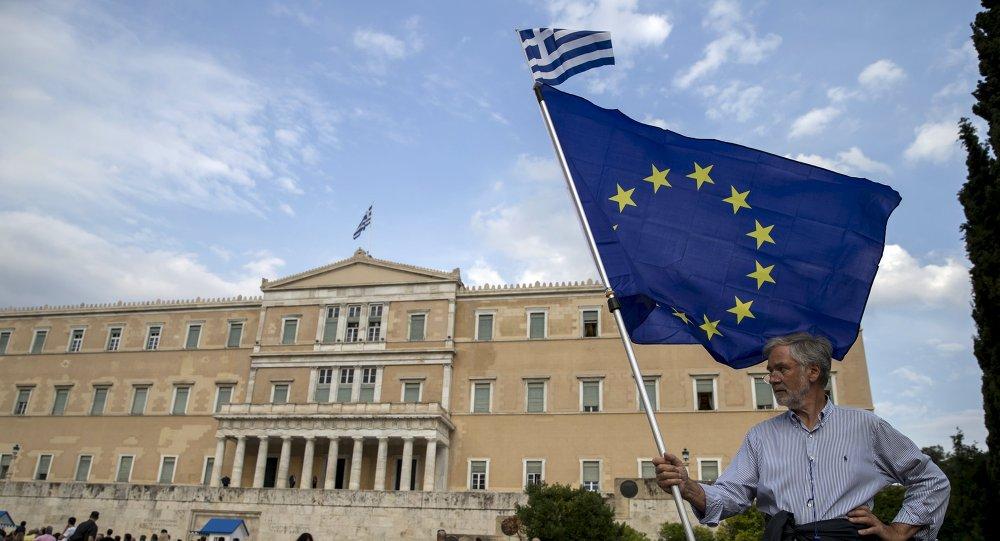 Manifestantes al lado del edificio del parlamento en Atenas, Grecia, el 30 de junio, 2015