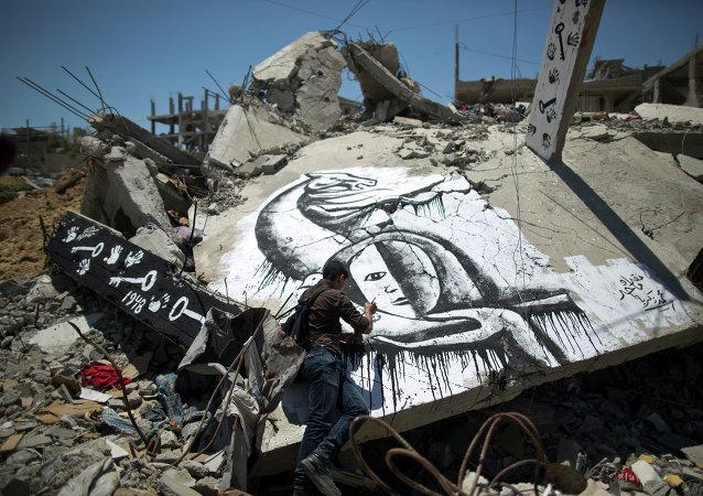Un palestino dibuja un grafiti en conmemoración de Nakba, éxodo palestino tras la creación del Estado de Israel en el 1948.