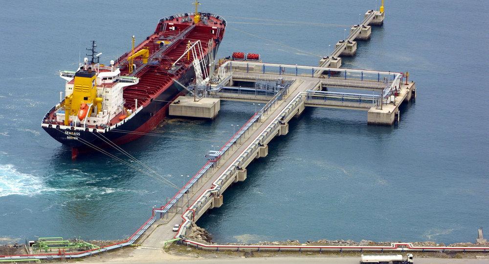 Un buque cisterna de metano en el puerto bilbaíno de Zierbena (Archivo)