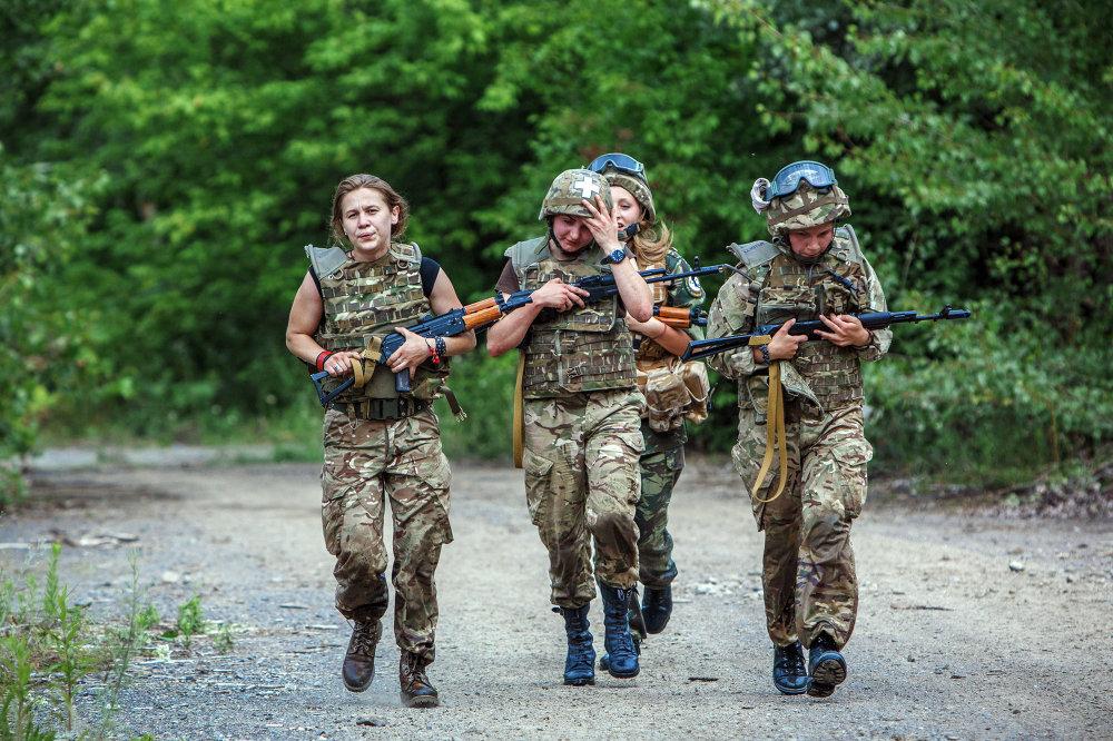 Militares de la 'centuria femenina' de Pravy Sektor en la región de Zakarpatia de Ucrania, cerca de la ciudad de Khust, situada a 100 km de Úzhgorod