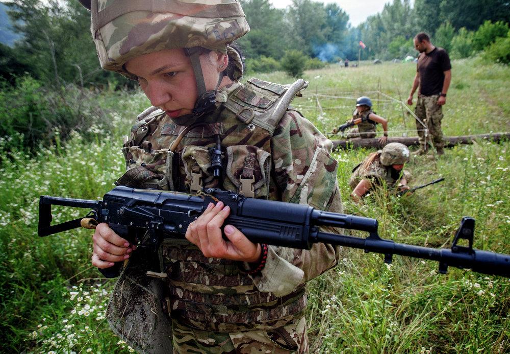 Una combatiente de Pravy Sektor en ejercicios