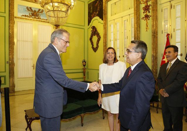 Ministro interino de Relaciones Exteriores, Marcelino Medina González, recibió en la mañana de hoy, en la sede de la Cancillería de Cuba al jefe de la Sección de Intereses de EEUU en La Habana, Sr. Jeffrey DeLaurentis