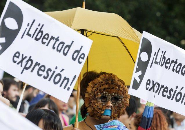 Una protesta donde exigen la libertad de expresión (imagen referencial)