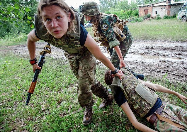 Los ejercicios militares de la 'centuria femenina' de Pravy Sektor en Zakarpatia