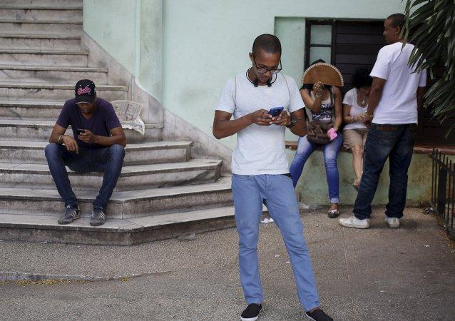 Los cubanos usan el Internet de Wi-Fi público en La Habana