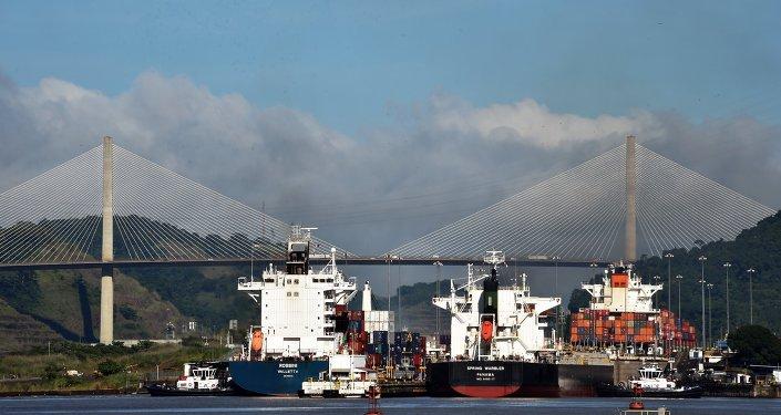 Barcos en las esclusas del canal de Panamá