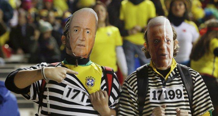 Hinchas brasileños visten máscaras del ex presidente de CBF, José Maria Marin (a la derecha), y presidente de FIFA, Sepp Blatter (a la izquierda)