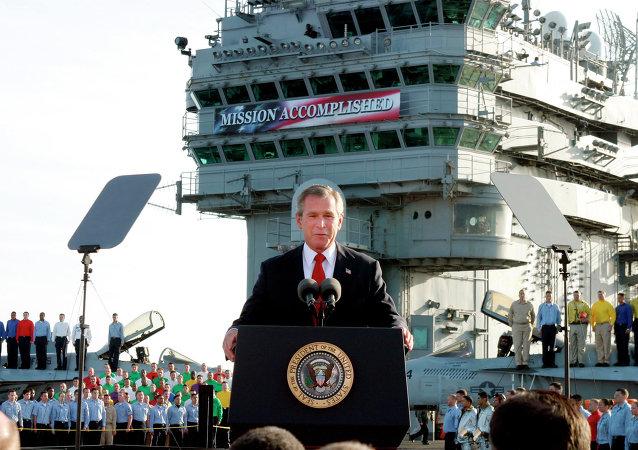 George W. Bush, desde el portaaviones Abraham Lincoln en el Pacífico, anuncia el final de las operaciones militares contra Irak