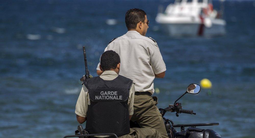 Guardia Nacional de Túnez patrulla la playa en Susa