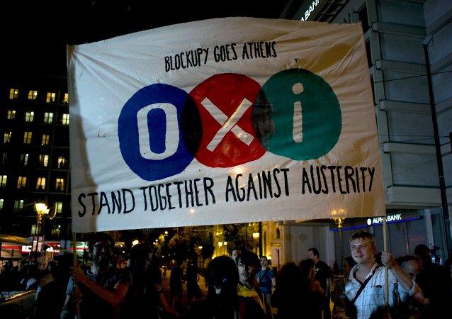 Partidarios de 'No' celebran los resultados del referéndum en Grecia