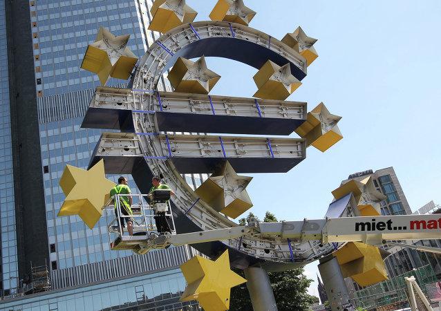 Logo de euro cerca del Banco Central Europeo