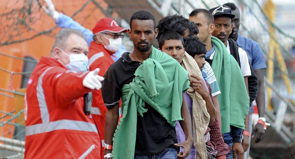 Migrantes llegan al puerto de Palermo, Italia, el 24 de junio, 2015