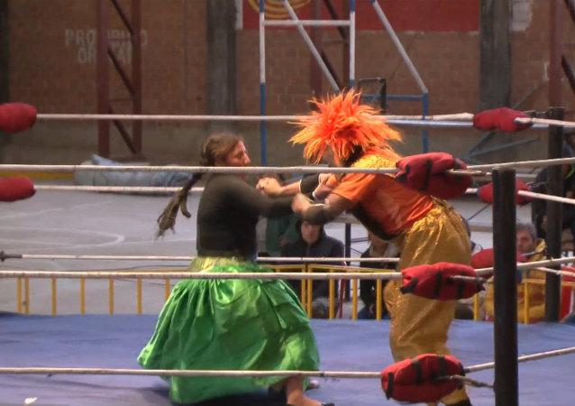 Cholitas bolivianas luchan contra los payasos