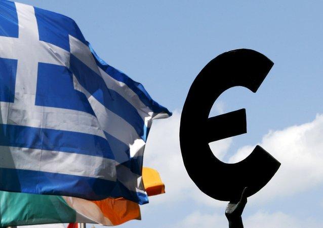 Bandera de Grecia y símbolo de euro frente al Parlamento Europeo