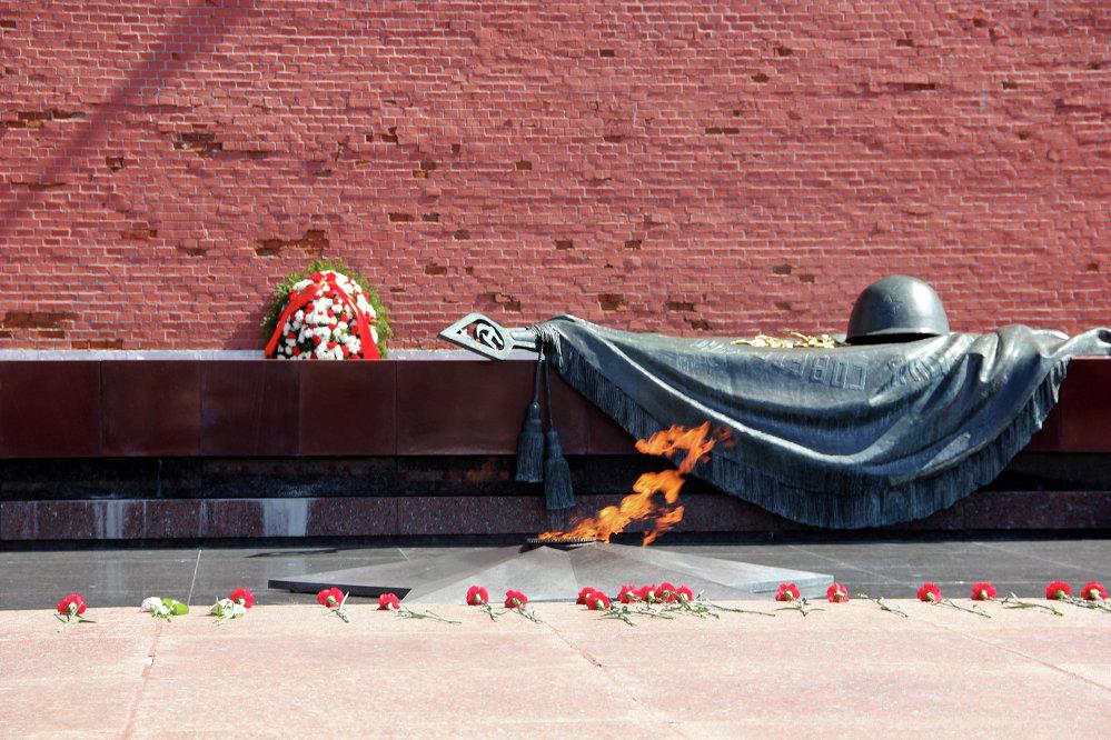 Вечный огонь на могиле Неизвестного солдата у Кремлевской стены в Александровском саду
