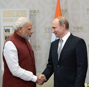 Primer ministro de la India, Narendra Modi (izda.) y presidente de Rusia, Vladímir Putin