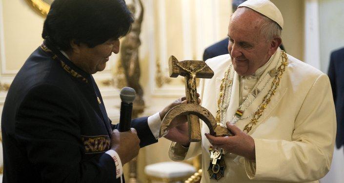 Evo Morales, presidente de Bolivia, regala un crucifijo con la hoz y el martillo al papa Francisco en La Paz, Bolivia, el 8 de julio, 2015