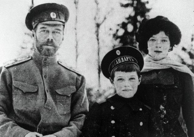Nicolás II con sus hijos Alexéi y María
