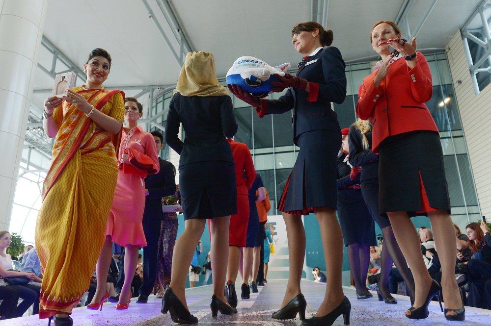 Desfile de azafatas en el aeropuerto ruso de Domodédovo