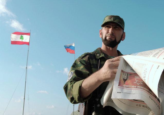 Soldado ruso al lado de banderas de Rusia y Líbano