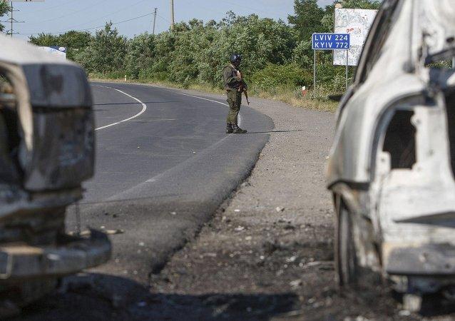 Un militar del Ministerio del Interior tras un tiroteo en Mukachevo