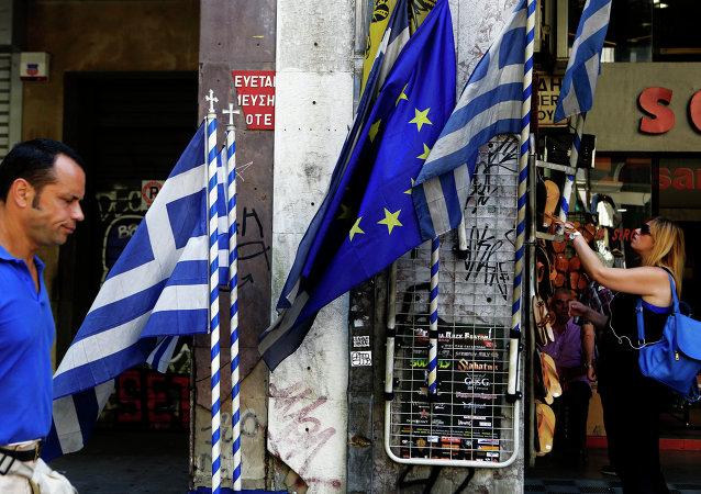 Banderas de UE y Grecia en el centro de Atenas. 13 de julio de 2015
