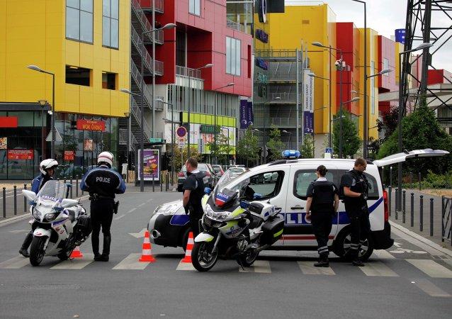 Policía frencesa cerca de un centro comercial en Villeneuve La Garenne