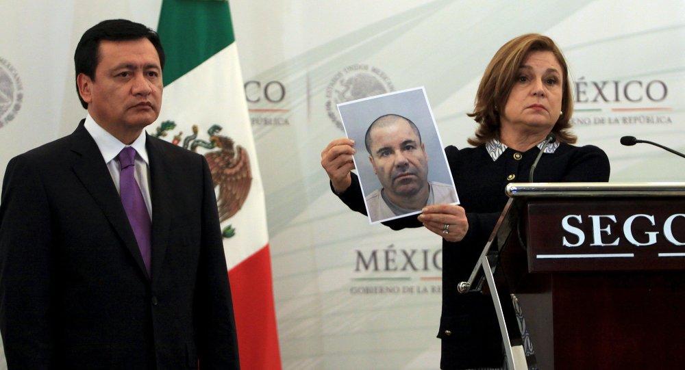 Secretario de Gobernación (Interior) de México Ángel Osorio Chong y Procuradora General de la República Arely Gómez con una foto del Joaquín el 'Chapo' Guzmán