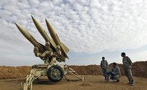 Miembros del ejército de Irán preparan misiles para el lanzamiento (archivo)