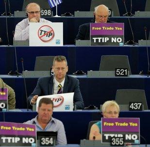 Miembros del Parlamento Europeo estan en contra del TTIP, Estrasburgo, Francia, el 7 de julio, 2015