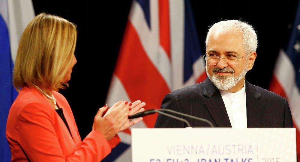 Jefa de la diplomacia europea, Federica Mogherini y ministro de Asuntos Exteriores de Irán, Mohamad Yavad Zarif (archivo)