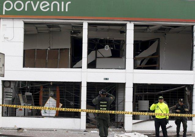 Policías trabajan en un lugar de explosión en la oficina del fondo de pensiones 'Porvenir', en el centro de Bogotá