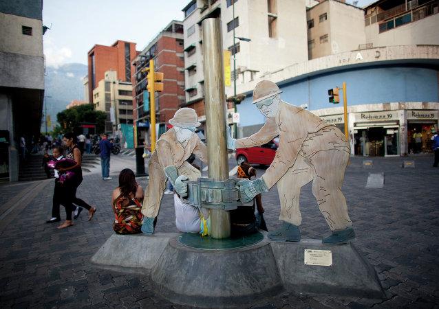 Una escultura de trabajadores petroleros en una calle de Caracas, Venezuela