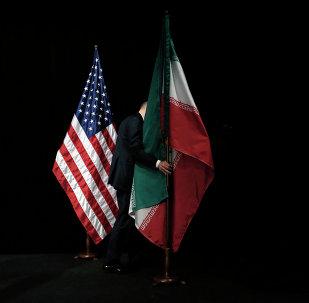 Banderas de EEUU y Irán