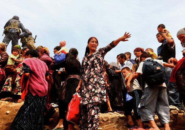 Refugiados uzbekos huyen de Kirguistán durante los disturbios de junio de 2010