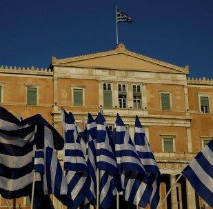 Banderas de Grecia frente al Parlamento en Atenas