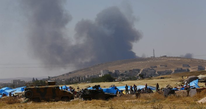 Los kurdos sirios esperan en tiendas de campaña detrás de la frontera con Turquía en Suruc, provincia de Sanliurfa, Turquía